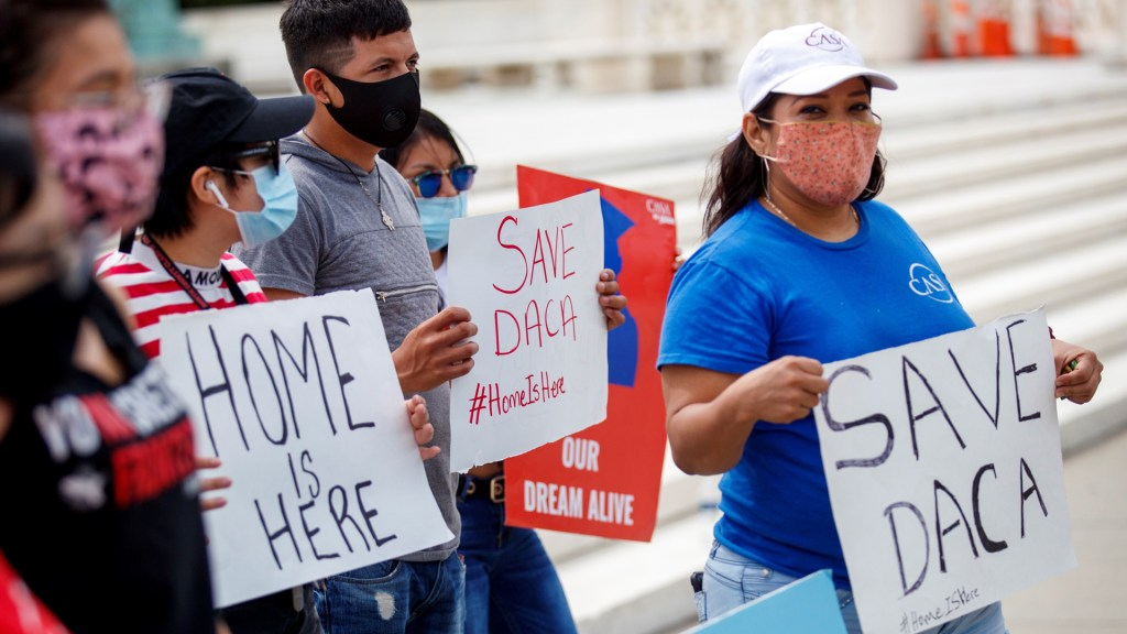 Estados Unidos rechazará nuevas solicitudes de amparo de DACA - Manifestantes a favor del DACA en Estados Unidos. Foto de EFE