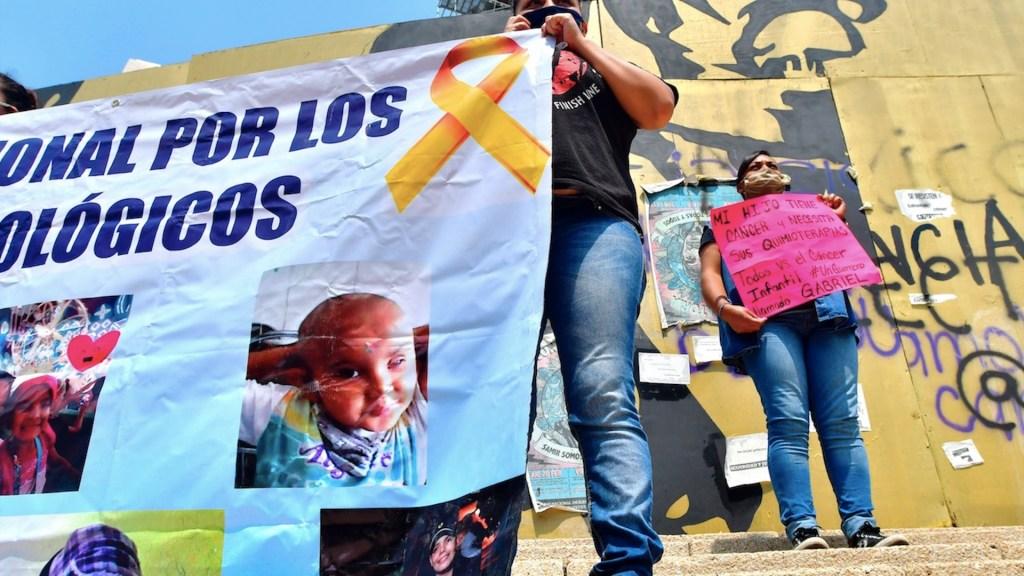 Padres de niños con cáncer continúan a la espera de solución ante desabasto de medicamentos - Foto de EFE