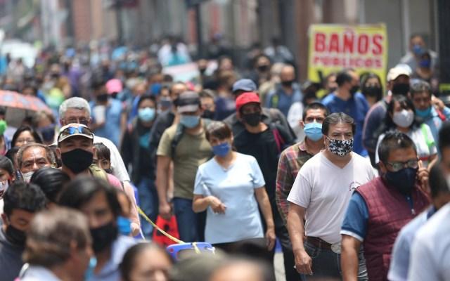 """""""Todavía no es tiempo de salir, la pandemia no ha terminado"""", reitera López-Gatell - Docenas de personas haciendo fila para ingresar al Centro Histórico en Ciudad de México. Foto de EFE/Sáshenka Gutiérrez."""