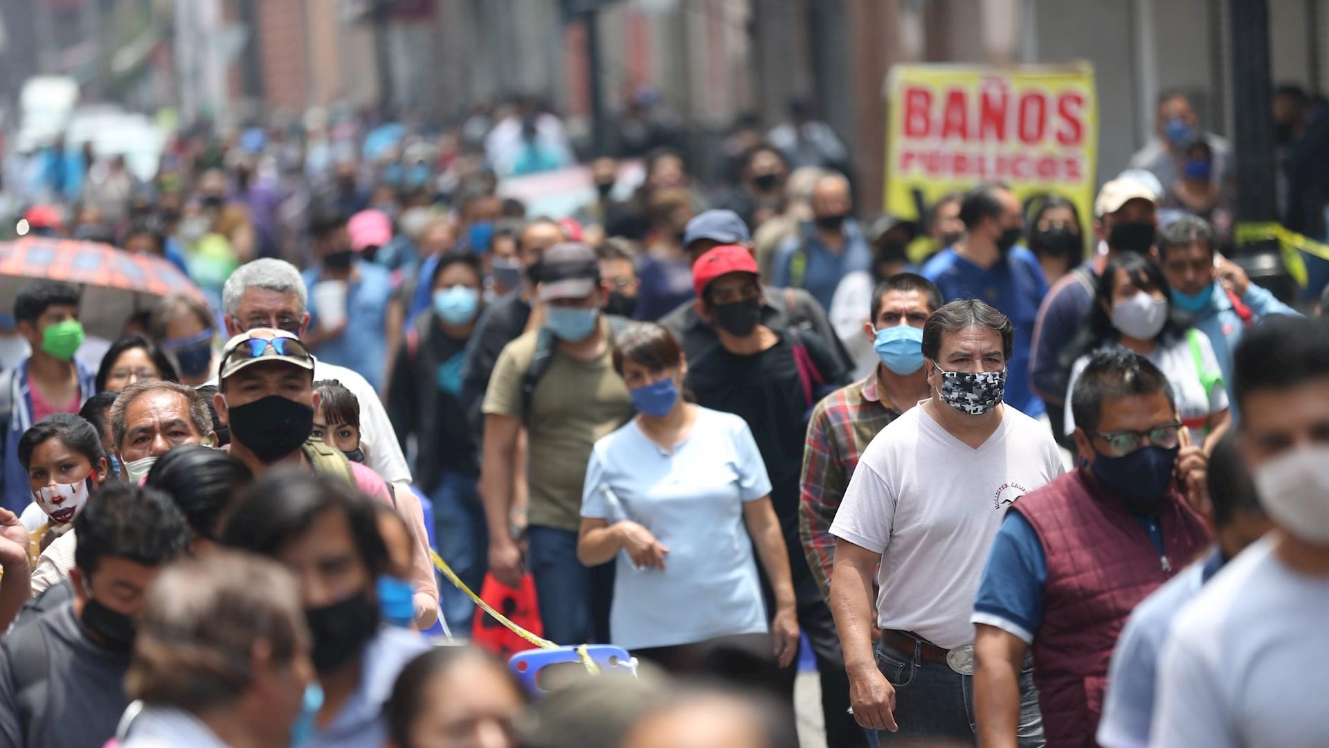 Dutzende von Menschen stehen an, um das historische Zentrum in Mexiko-Stadt zu betreten. Foto von EFE / Sáshenka Gutiérrez.