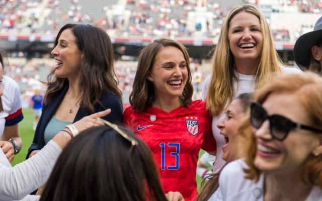 Natalie Portman funda equipo de futbol femenino en Los Ángeles - Natalie Portman en presentación del equipo de futbol femenil Angel City. Foto de @itsmeglinehan