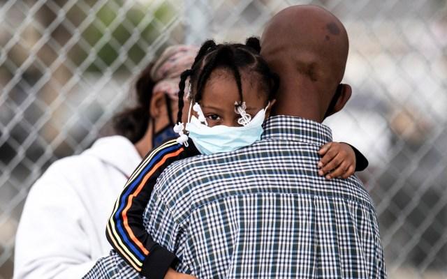 Los Ángeles regresaría al confinamiento por rebrote de COVID-19 - Padre e hija en sitio donde hacen pruebas de coronavirus en Los Ángeles. Foto de EFE