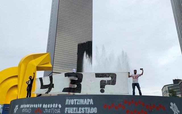 Padres de Ayotzinapa piden a autoridades mexicanas acelerar investigación - Estudiantes y familiares de los 43 estudiantes desaparecidos de Ayotzinapa, Guerrero, protestaron este domingo en el antimonumento, en la Ciudad de México. Foto de Archivo EFE/José Pazos.