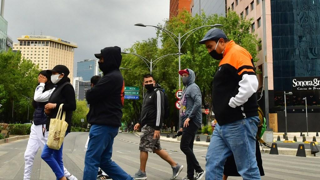 SSC capitalina llama a no caer en convocatoria a fiesta COVID-19 - Personas con cubrebocas en calles de la Ciudad de México. Foto de EFE
