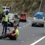 Policía consuela a niño a mitad de la carretera en accidente vial