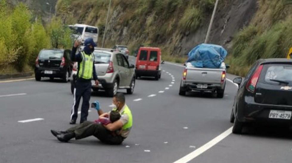 Policía consuela a niño a mitad de la carretera en accidente vial - Policía consuela a niño accidentado en Quito. Foto de @mariapaularomo