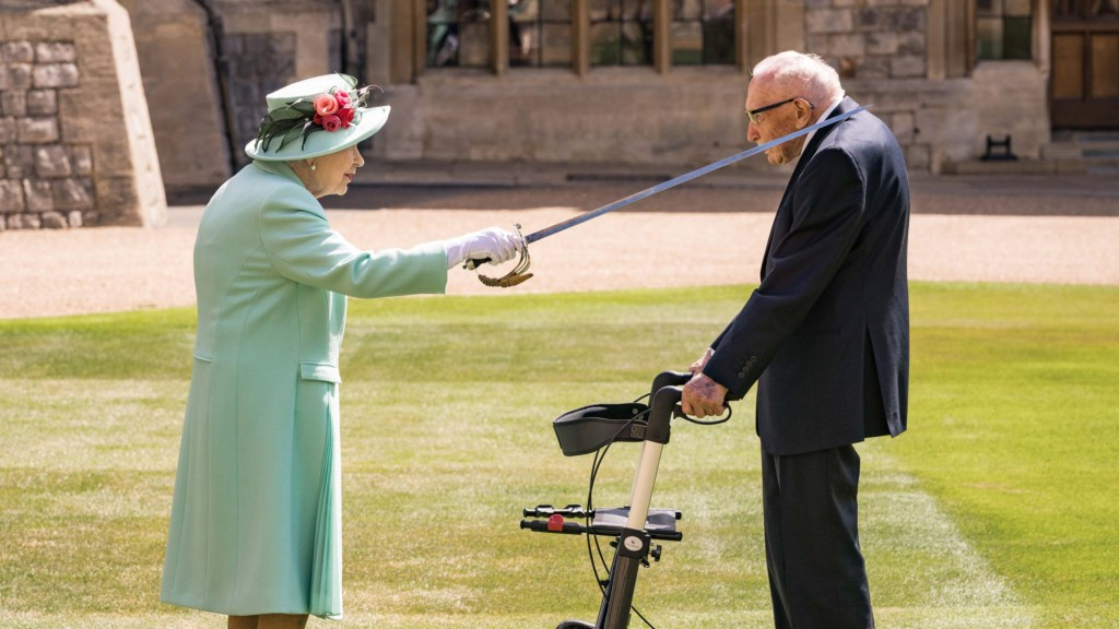 #Video Reina Isabel nombra caballero a veterano de la Segunda Guerra Mundial - Reina Isabel II nombra caballero a Tom Moore. Foto de @RoyalFamily