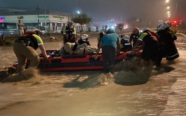 Nace bebé durante inundaciones en Nuevo León por Hanna - Rescate de mujer y su bebé en García, Nuevo León. Foto de @AnaMafud / @PC_NuevoLeon
