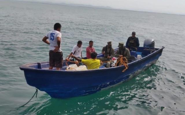 Marinos aseguran en Guerrero embarcación con más de 900 litros de combustible - Semar Guerrero detenidos gasolina 2