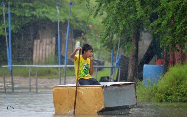 Tormenta tropical Hanna provoca inundaciones en el noreste de México - Un niño se traslada en una caja de plástico por una calle inundada en Tamaulipas. Foto de EFE/ Priciliano Jiménez/ Archivo.