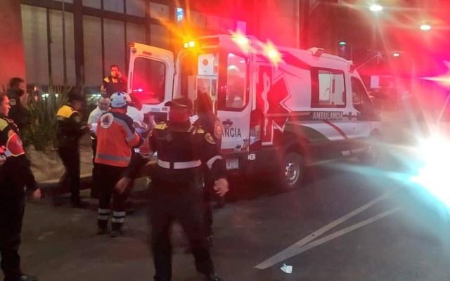 Muere motociclista tras caer del Segundo Piso del Periférico - Traslado de motociclista a un hospital tras caer del Segundo Piso del Periférico. Foto de @SUUMA_CDMX