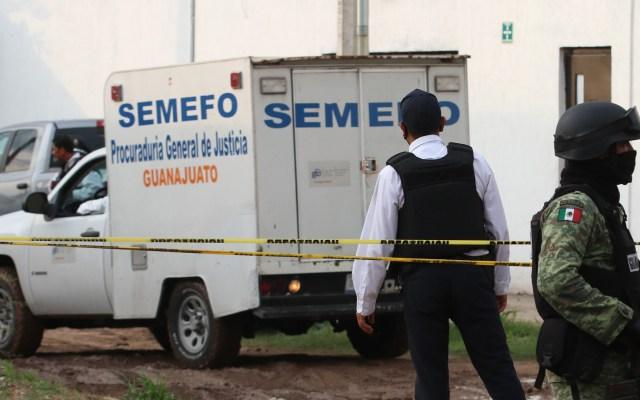 Identifican a 'El Marro' como autor intelectual de masacre en Irapuato - Unidad del Semefo afuera de centro de rehabilitación de Irapuato en el que asesinaron a 26 personas. Foto de EFE