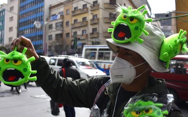 Ingenio frente al COVID-19, necesario para subsistir - El boliviano Miguel Huallpara vende títeres de 'coronavirus'  en una calle del centro de La Paz (Bolivia), para subsistir tan tener que cerrar su negocio ante la pandemia. Foto de EFE