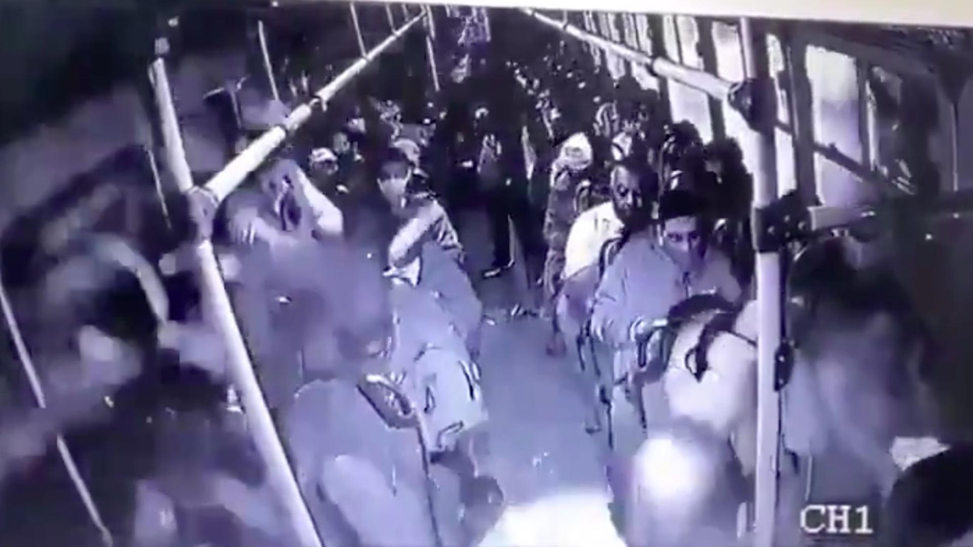(Vídeo) Policía dispara a dos asaltantes en transporte público
