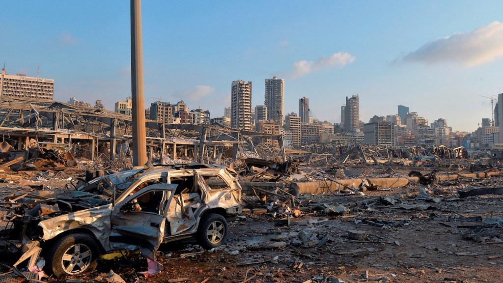Emmanuel Macron viajará a Líbano y coordinará envío de ayuda tras explosión en Beirut - Foto de EFE