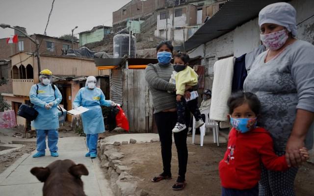 América Latina suma 200 mil decesos por COVID-19; México, el segundo país más afectado - Brigadas de salud recorren las calles de Lima, Perú, durante la pandemia. Foto de EFE