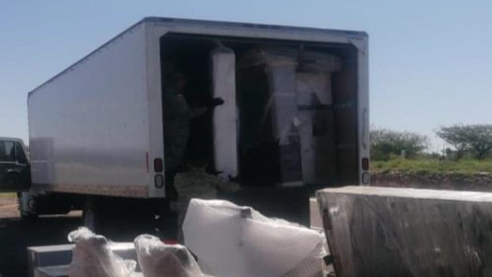 Incautan 4 mil 500 kilos de mariguana en Durango - Camión que transportaba muebles donde se hallaron 4 toneladas de mariguana. Foto de  @SEDENAmx