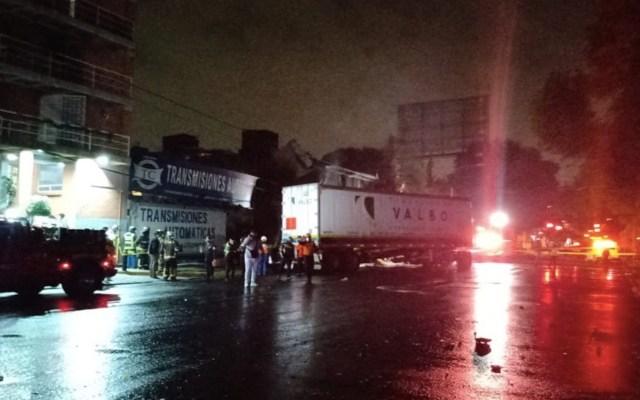 #Video Fuerte choque entre automóvil y tráiler deja al menos dos muertos en Benito Juárez - Foto de Bomberos CDMX