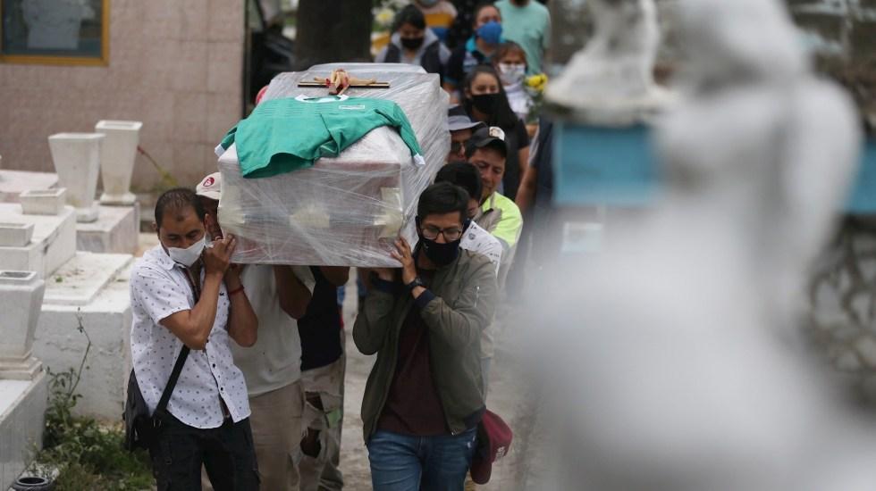 Ciudad de México supera las 10 mil muertes por COVID-19 - Foto ilustrativa de un último adiós el 10 de agosto del 2020, en el panteón de Tláhuac en la Ciudad de México. Foto de EFE/Sáshenka Gutiérrez.