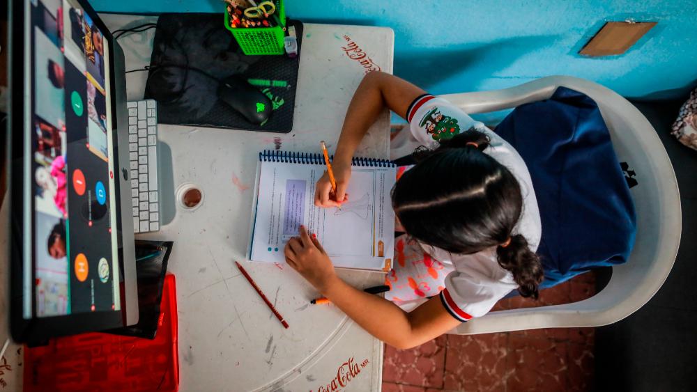 ¿Qué pasará con los alumnos que no regresen a clases presenciales? - Clases durante el programa Aprende en Casa. Foto de EFE