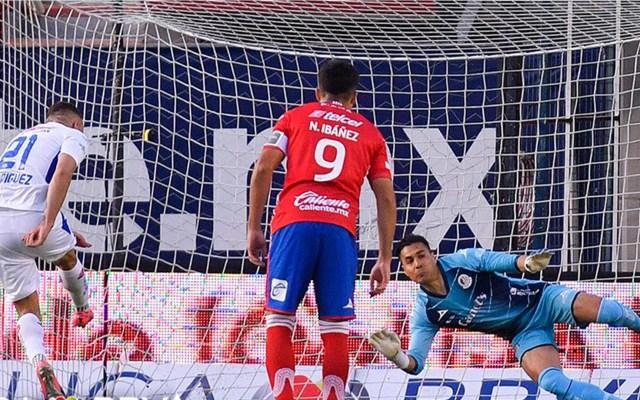 Cruz Azul gana con doblete de 'Cabecita' Rodríguez y es nuevo líder del Guard1anes - Gol de Jonathan Rodríguez, de Cruz Azul. Foto de Liga BBVA MX.
