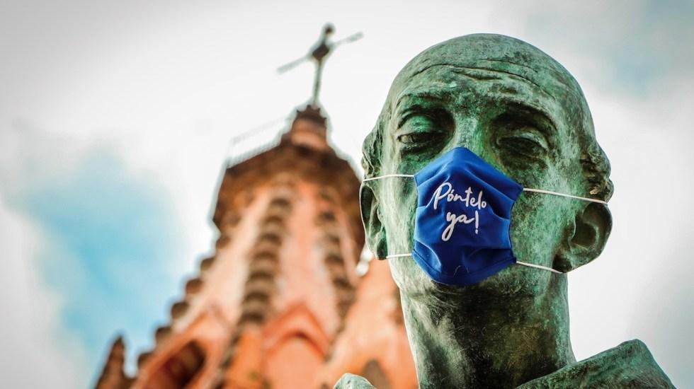 Colocan cubrebocas a estatuas de San Miguel de Allende - Foto de EFE
