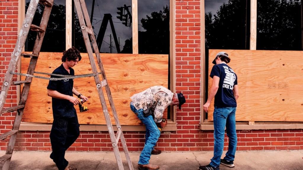 Laura se intensifica a Huracán Categoría 4; provoca el desalojo más grande de EE.UU. durante la pandemia - Foto de EFE