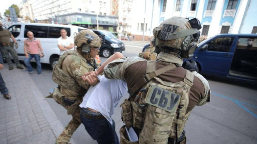Hombre que asegura tener explosivos se atrinchera en banco de Ucrania - Foto de @evnsocial