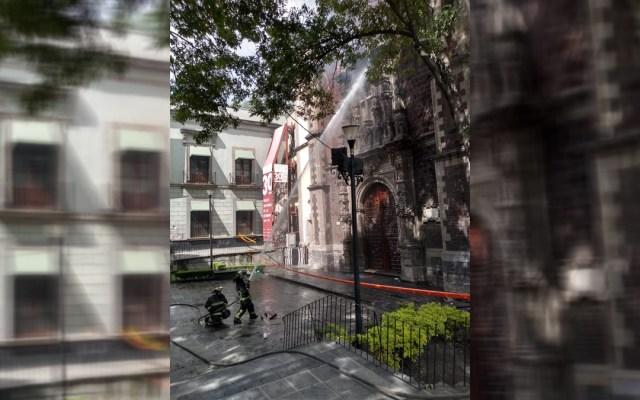 Acuerdan Secretaría de Cultura, INAH y CDMX atención de daños en iglesia Santa Veracruz - Enfriamiento de brasas por incendio en la iglesia de la Santa Veracruz, CDMX. Foto de @SGIRPC_CDMX