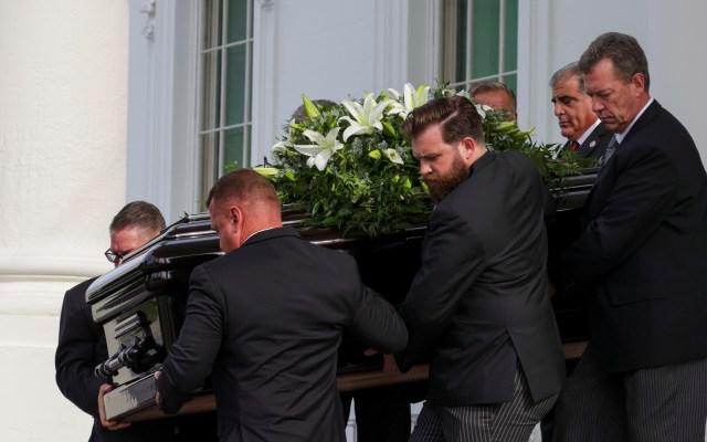 Realiza Trump en la Casa Blanca el funeral de su hermano Robert - Féretro con los restos de Robert Trump tras funeral en la Casa Blanca. Foto de EFE