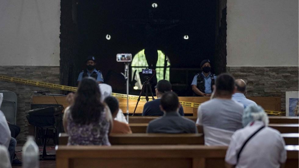 Fieles rompen cuarentena voluntaria para rezar en capilla calcinada en Nicaragua - Fieles Managua Nicaragua iglesia calcinada