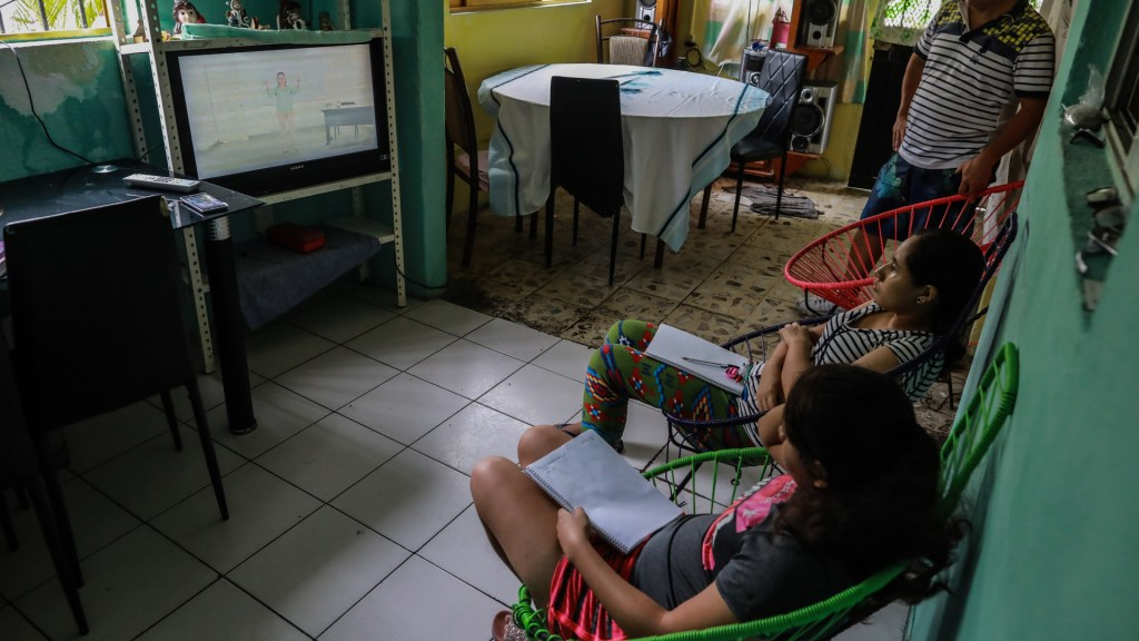 Registró SEP 'asistencia millonaria' de niños en primer día de clases a distancia - Hermanas toman sus primeras clases a distancia desde su casa, en Acapulco. Foto de EFE