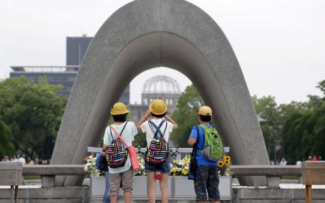 Cruz Roja alerta de amenaza nuclear 75 años después de Hiroshima - Escolares visitan el Monumento de la Paz de Hiroshima, en Japón. Foto de EFE