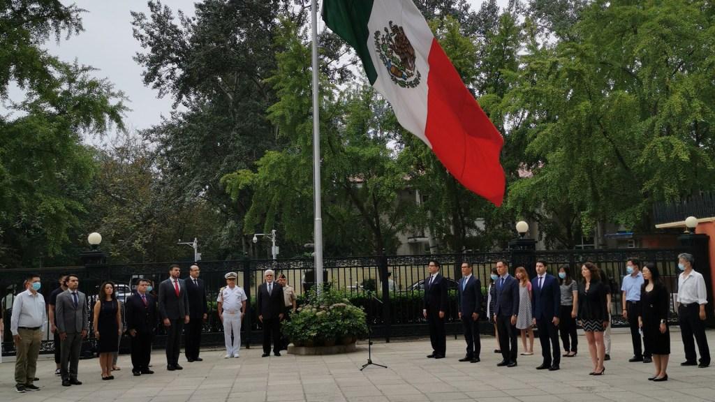 #Video Rinden homenaje en China a mexicanos víctimas del COVID-19 - Homenaje de la Embajada de México en China a víctimas de COVID-19 en México. Foto de @EmbaMexChn