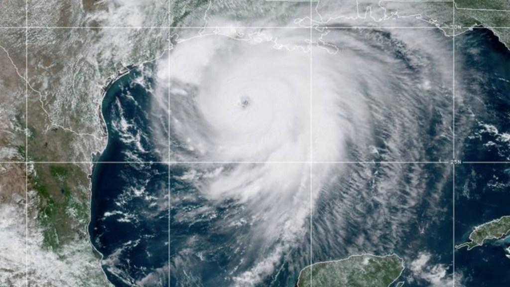 Laura provocará inundación severa en Texas y Luisiana tras tocar tierra - Foto de NHC