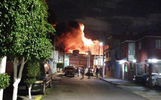 Incendio en planta recicladora provoca desalojo de al menos 250 personas en Iztapalapa - Foto de alcaldía Iztapalapa