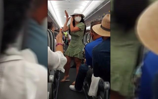 #Video 'Lady COVID' increpa a pasajeros de avión en Cancún - Lady COVID en avión de Cancún. Captura de pantalla