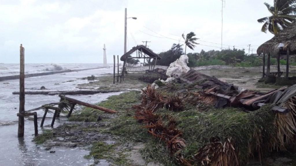 Laura avanza por el sur de Cuba tras causar daños en la zona oriental de la isla - Foto de Agencia Cubana de Noticias