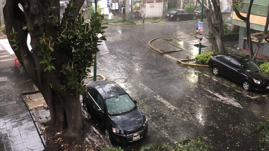 Fuerte lluvia en el Valle de México; activan Alerta Naranja - Lluvia en la colonia Juárez de la CDMX. Foto de @EnriqueOoner