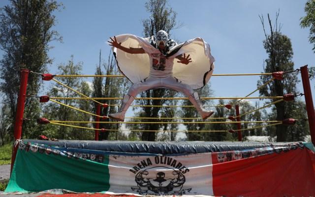 Llegan las luchas a Xochimilco - Luchadores transmitieron por internet una función desde el embarcadero de Xochimilco para recabar fondos debido a la pandemia de COVID-19. Foto de EFE