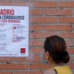 El Gobierno y Madrid siguen sin acuerdo sobre cómo controlar la pandemia - Una persona espera en las urgencias en la localidad de Móstoles, Madrid, para la realización de pruebas PCR. Foto de EFE/Zipi.