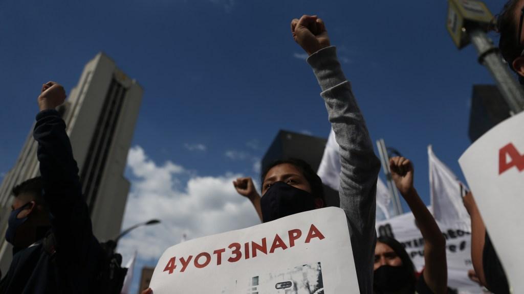 Hay avance del 70 por ciento en investigación del caso Ayotzinapa, rebela abogado - Manifestación en la Ciudad de México por la desaparición de los 43 normalistas de Ayotzinapa. Foto de EFE