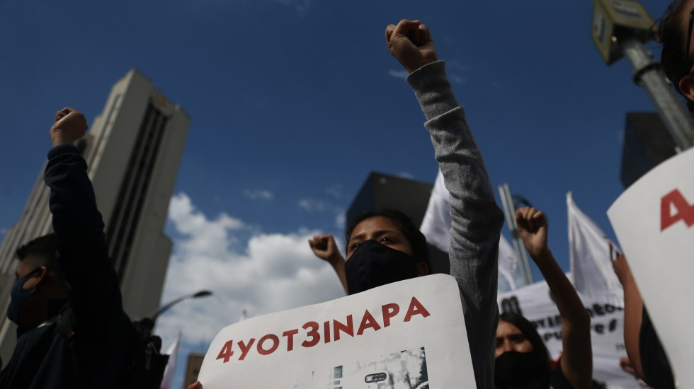 """Familiares de normalistas de Ayotzinapa exigen al Ejército no """"encubrir"""" al capitán arrestado - Manifestación en la Ciudad de México por la desaparición de los 43 normalistas de Ayotzinapa. Foto de EFE"""