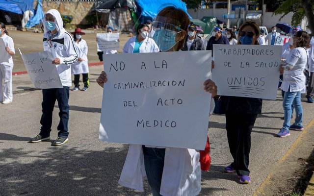 Trabajadores de salud marchan y exigen libertad de médico acusado de abuso de autoridad - Marcha Chiapas médico COVID-19