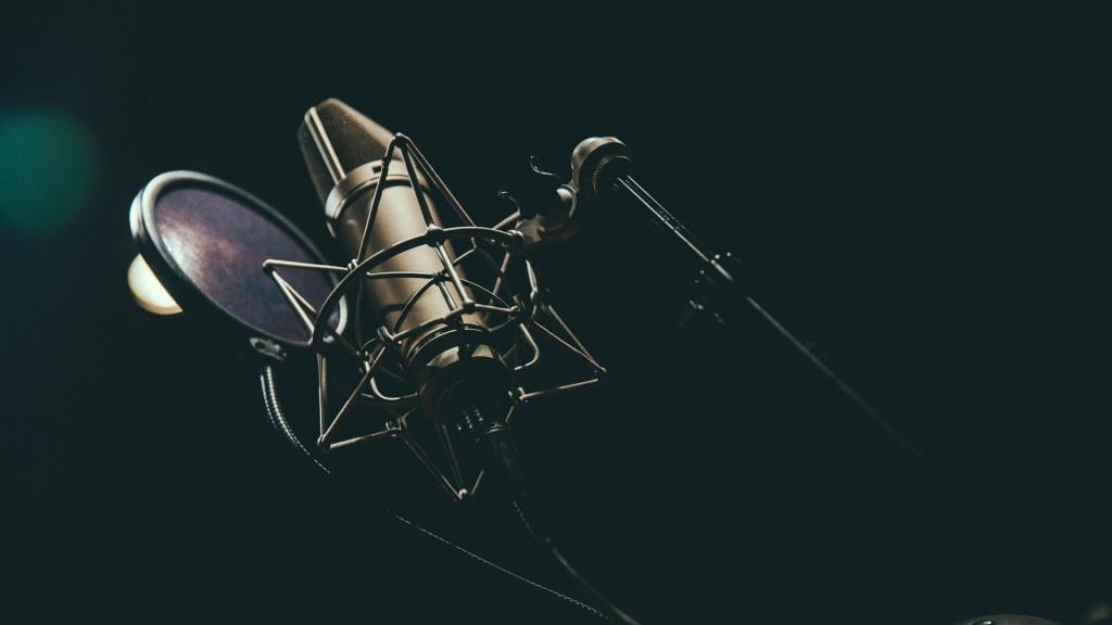 Descarta Radiópolis cambios en su programación tras toma de W Radio - Micrófono de radio. Foto de Austin Neill / Unsplash