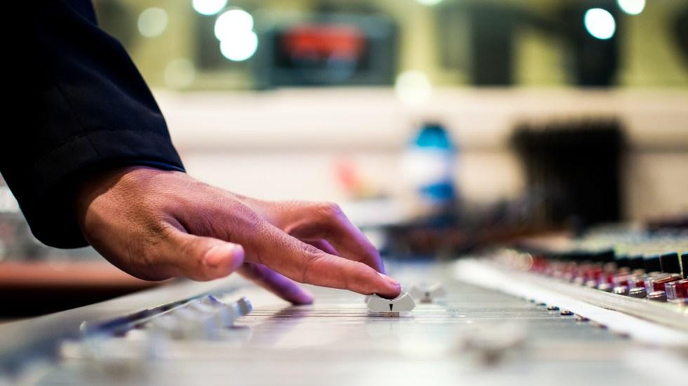 Grupo Alemán y PRISA resolverán diferencias en panel arbitral tras irrupción en W Radio - Mix de radio. Foto de Drew Patrick Miller / Unsplash