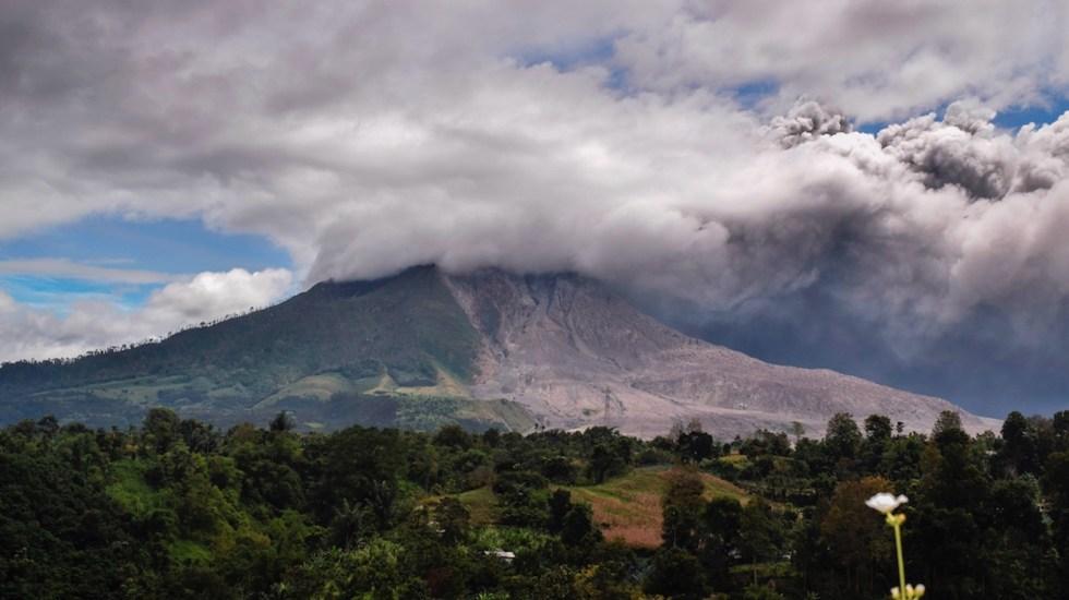 #Video Monte Sinabung entra en erupción; lanza nube de ceniza de más de 4 kilómetros - Foto de EFE