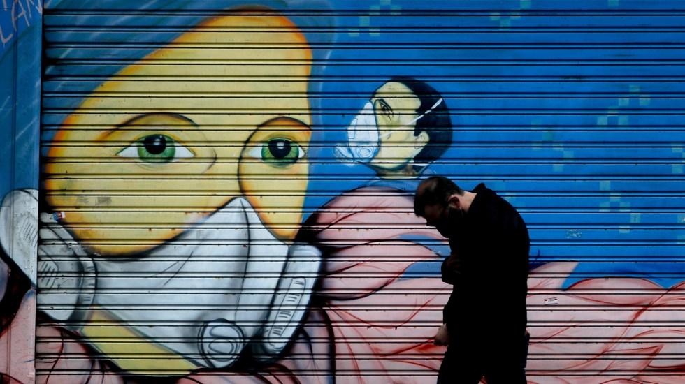 América experimenta vaivén en contagios de COVID-19 al llegar a los 13.3 millones - Mural sobre el COVID-19 en Buenos Aires, Argentina. Foto de EFE