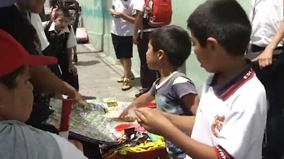 Apoyará Sheinbaum prohibición de venta de alimentos chatarra en escuelas de CDMX - Niños compran dulces afuera de escuela en la CDMX. Captura de pantalla