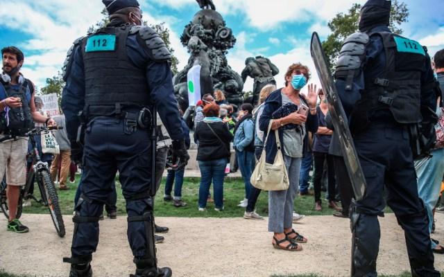 Cientos de personas se manifiestan en París contra el uso del cubrebocas - Foto de EFE